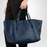 Bottega_Veneta_Tote_off_Intrecciato_nappa_dark_blue_4